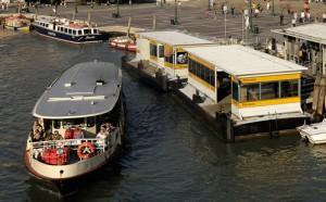 Les petites publications sont offertes sur l'embarcadère du vaporetto